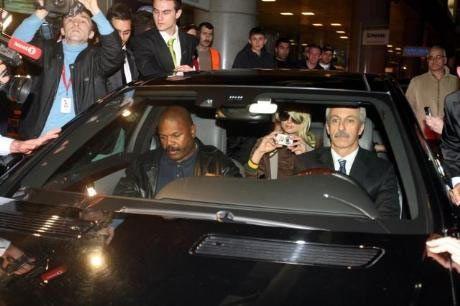 Paris Hilton oteline giderken sık sık fotoğraf çekti.